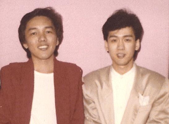 四十岁的男人已学坏,抱着下一代唱着《迟来的爱》流传多年的顺口溜中的这两句,足以说明李茂山的成名曲当年有多红。   但据说在中国大陆是歌红人不红,早于《迟来的爱》,他与林淑蓉合唱在先的《无言的结局》,许多人以为男原唱者是罗时丰。那是因为台湾光美唱片公司捧的是罗时丰,而在新马发掘李茂山的则是它的海外代理,马来西亚的瑞华唱片公司。   在新加坡帮老板陈瑞钿主管瑞华分公司的是萧斌,他从宝丽金、华纳到瑞华,一直是与我合作最密切的唱片界强人。他与我私交甚笃,与几位娱乐圈中人同是多年的牌友,除了麻将,还常玩新
